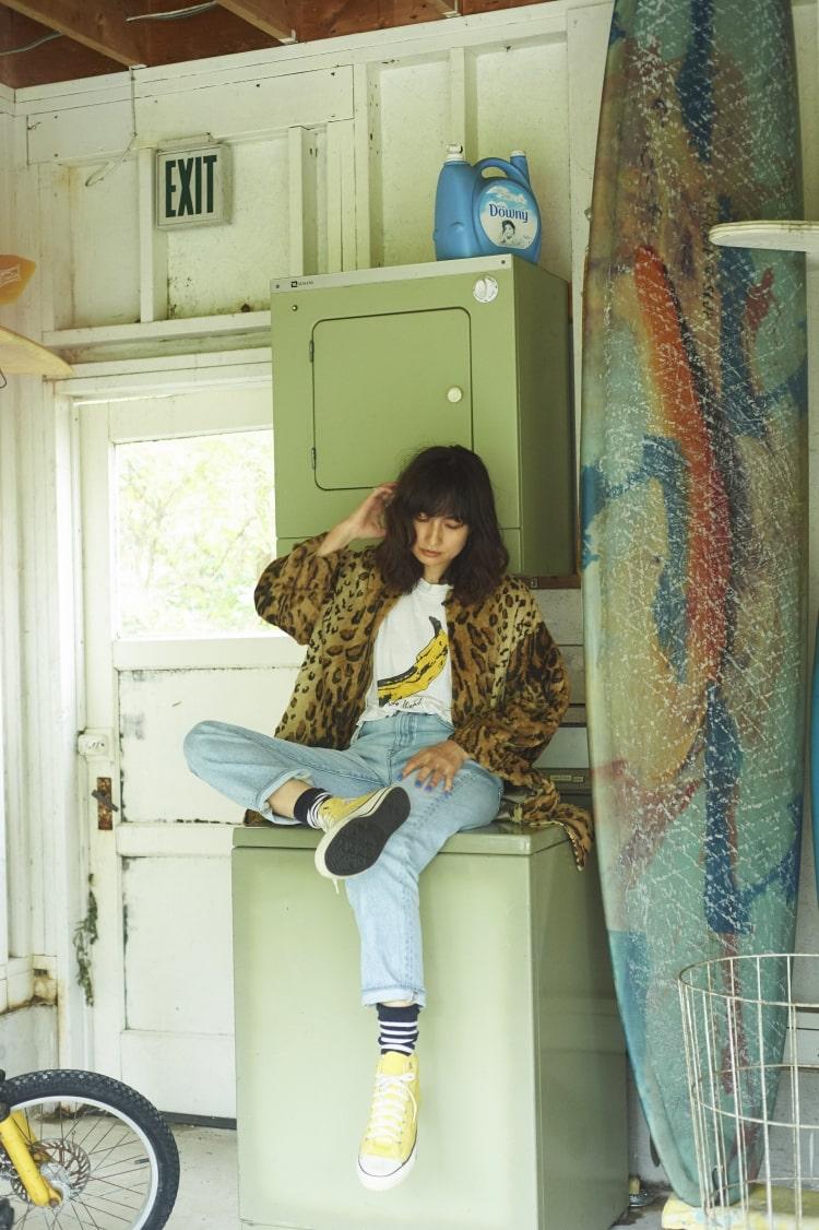 モデルの佐田真由美さんとヤヌークのコラボレーションデニム「ブルームデニム」の57103501、ブルーの着用写真です。