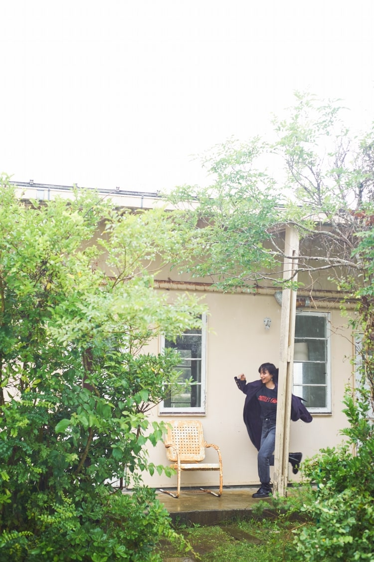 モデルの佐田真由美さんとヤヌークのコラボレーションデニム「ブルームデニム」の57103502、グレーブラックの着用写真です。