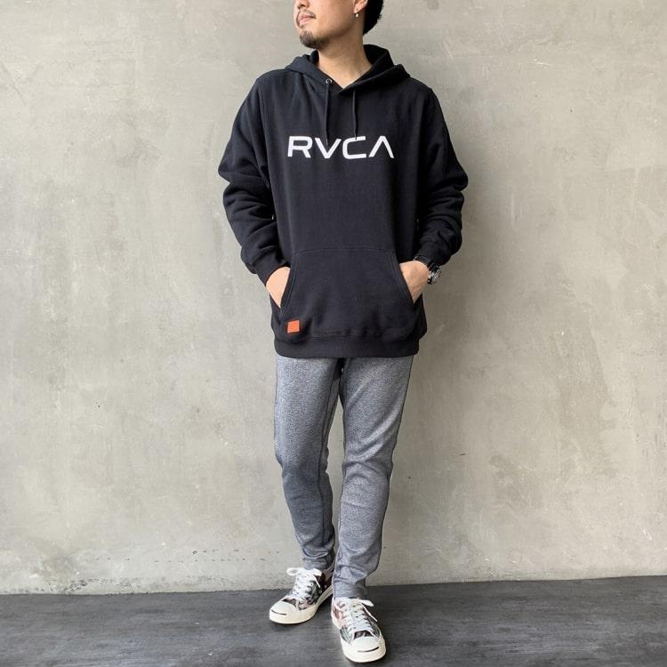 RVCA [ルーカ]のBIG RVCA フーディー、シンプルなスウェットパーカーのコーディネートです。